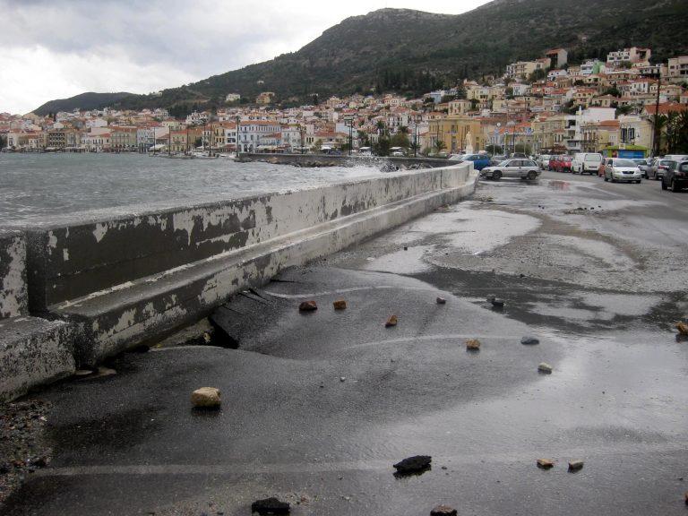 Η θάλασσα βγήκε στη στεριά στη Σάμο από τους θυελλώδεις ανέμους | Newsit.gr