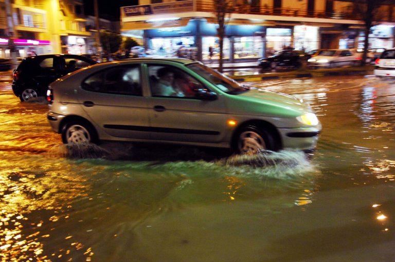 Βούλιαξε η Αττική, περιοχές χωρίς ρεύμα – «Έμειναν» αυτοκίνητα στην Αττική Οδό | Newsit.gr