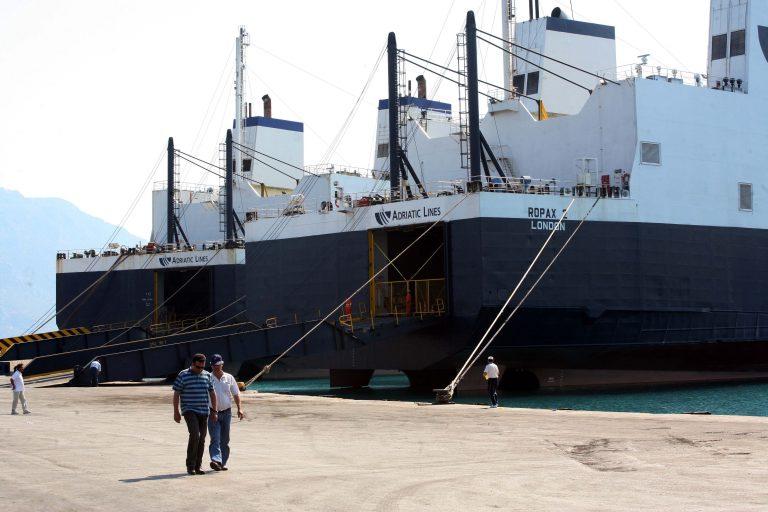 Κορινθία: Ναυτεργάτες κρατούν για τέταρτη μέρα πλοίο δεμένο στο λιμάνι | Newsit.gr