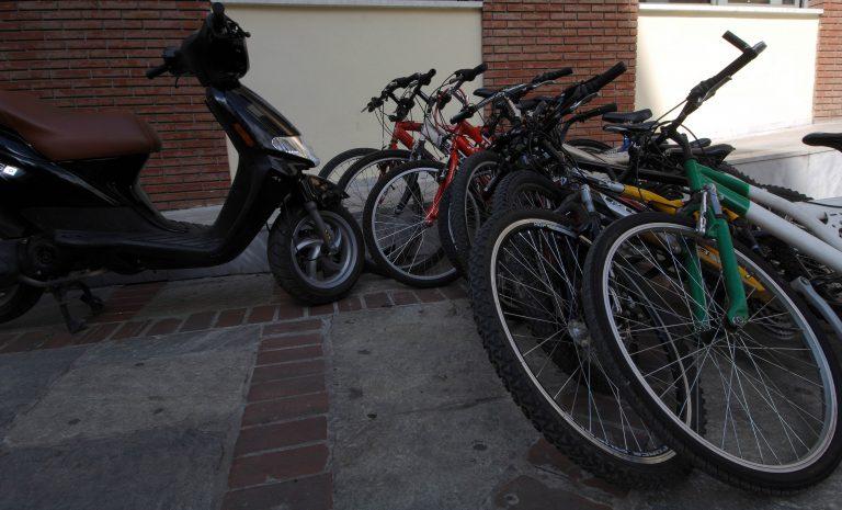 Θεσσαλονίκη: Έκλεβαν κινητά και ποδήλατα από παιδιά | Newsit.gr