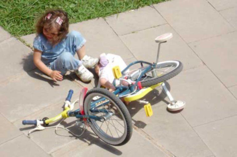 Λέσβος: Κοριτσάκι έπεσε από το μπαλκόνι με το ποδήλατο   Newsit.gr