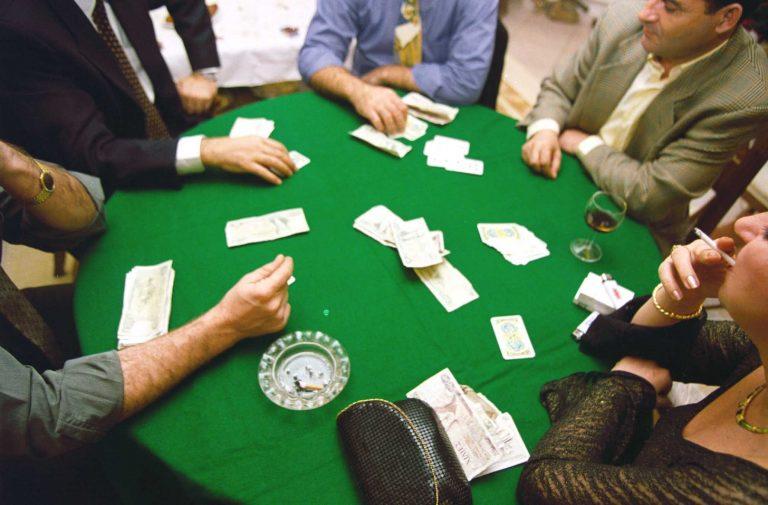 Ρέθυμνο: Έπαιζαν πόκερ στο πατάρι του καταστήματος! | Newsit.gr