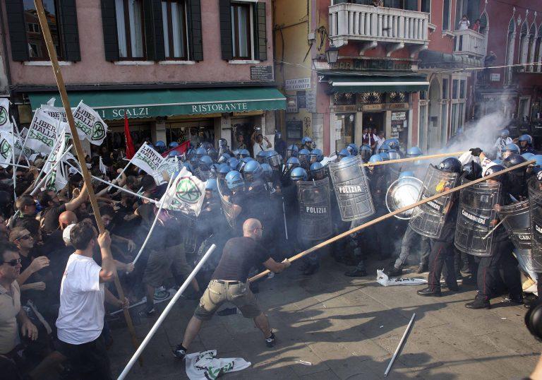 Συγκρούσεις μεταξύ αστυνομίας και μεταναστών στην Ιταλία – Δείτε το βίντεο | Newsit.gr