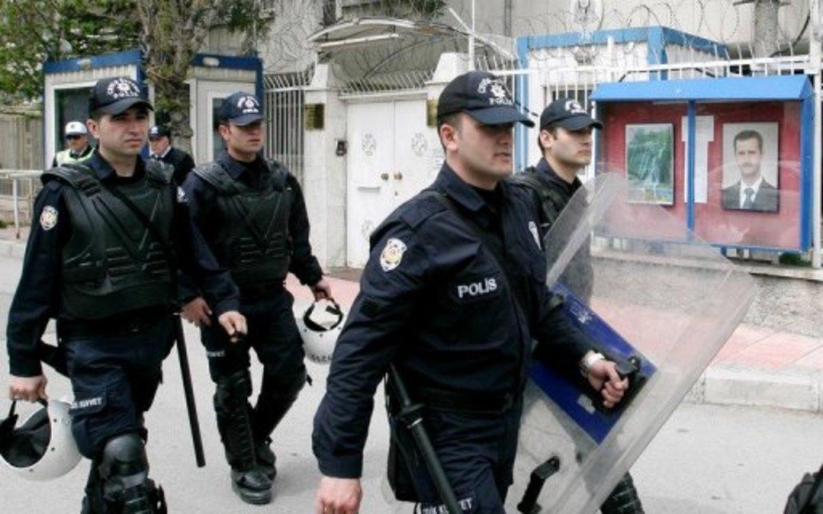 Τουρκία: Η αστυνομία αναζητεί  απόστρατους αξιωματικούς για το «μεταμοντέρνο πραξικόπημα» | Newsit.gr