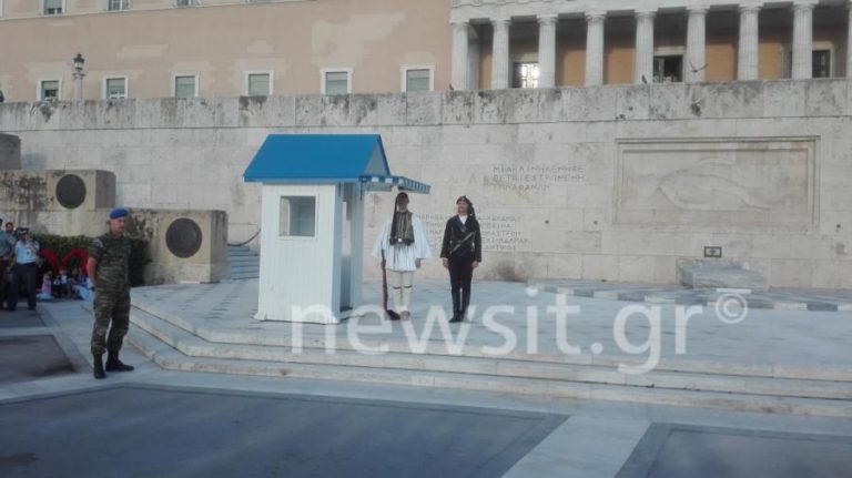 Γενοκτονία Ποντίων: Λιποθύμησε άντρας της Προεδρικής Φρουράς [vid] | Newsit.gr