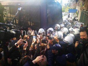Πέταξαν τα κίτρινα γάντια στους αστυνομικούς και έφυγαν [vid]