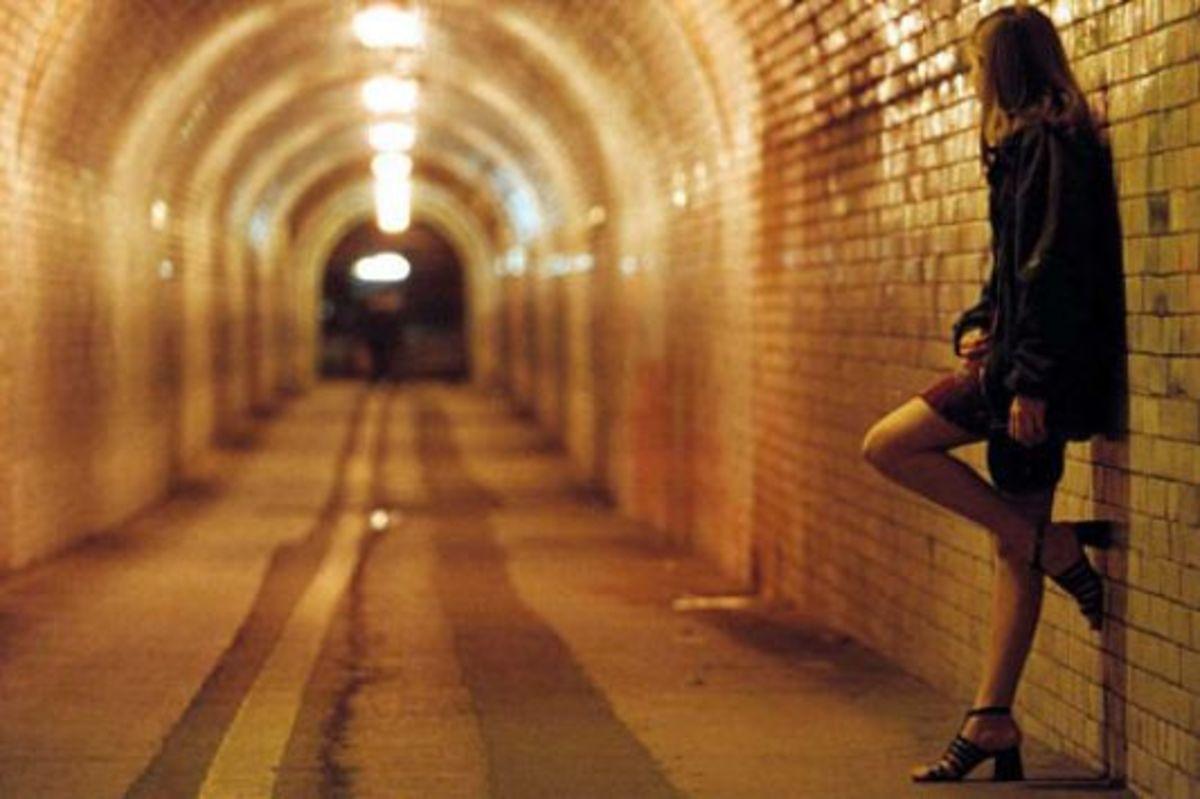 Φορολογούν στο δρόμο τις εκδιδόμενες γυναίκες- Δείτε το βίντεο! | Newsit.gr