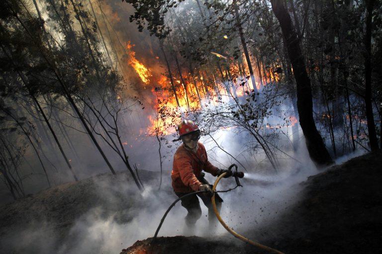 Τουλάχιστον 70 οι εστίες πυρκαγιάς στην Πορτογαλία   Newsit.gr