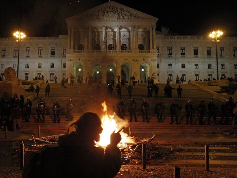 11 τραυματίες από συγκρούσεις διαδηλωτών-αστυνομίας στην Πορτογαλία | Newsit.gr