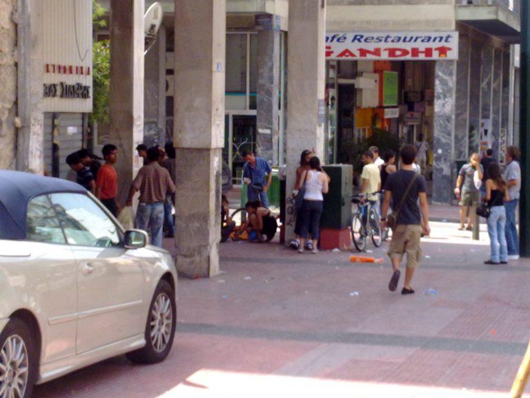 Άλλοι πίνουν καφέ στο Κολωνάκι κι άλλοι δίπλα στα σκουπίδια | Newsit.gr