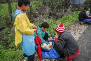 Η περιφέρεια Δ. Μακεδονίας παρέδωσε 15.000 αδιάβροχα για τους πρόσφυγες στην Ειδομένη