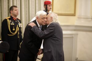 Ευχές στον Πρόεδρο: Ο ασπασμός με τον Γλέζο και η… οικουμενική του Λεβέντη [pics, vid]