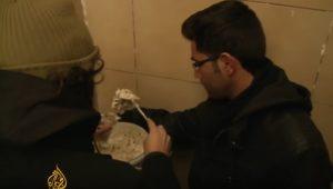 Πρόσφυγες δίνουν από το υστέρημα τους σε άστεγους Έλληνες [vid]