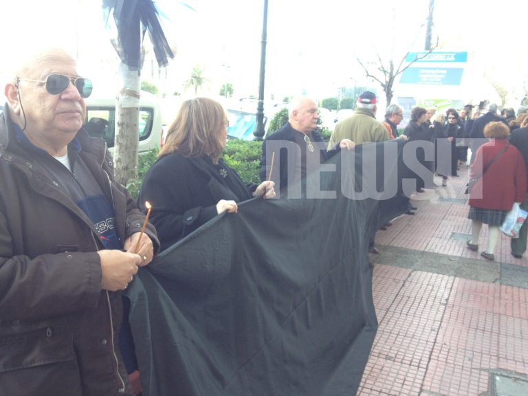 Με μαύρα πανό οι μικροομολογιούχοι τίμησαν τον Γ. Ντόκο (ΦΩΤΟ ΚΑΙ ΒΙΝΤΕΟ)   Newsit.gr