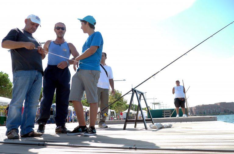 Μικροί και μεγάλοι ψαράδες στη Νέα Παραλία Θεσσαλονίκης   Newsit.gr