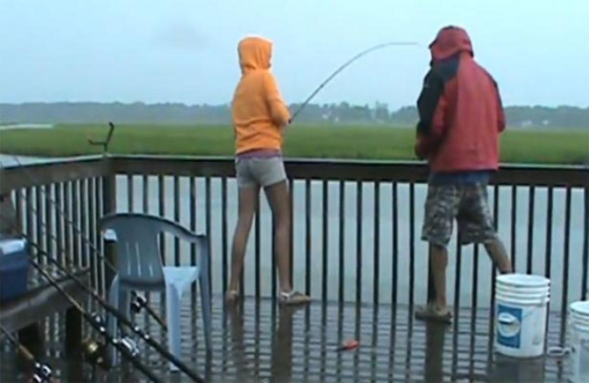 ΑΠΙΣΤΕΥΤΟ! Δείτε προσεκτικά τι θα συμβεί στο ψάρεμα της κοπέλας! | Newsit.gr