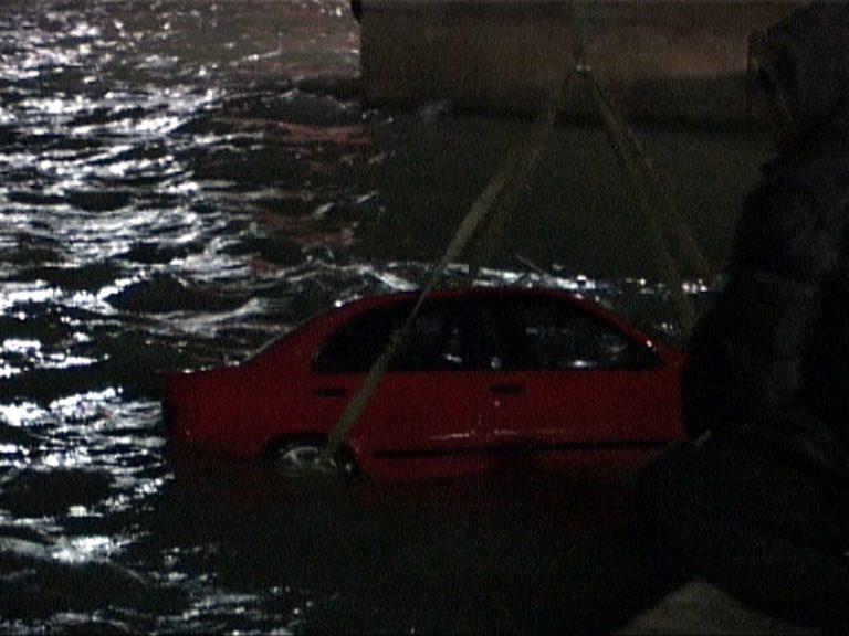 Θεσσαλονίκη: Έπεσαν με το αυτοκίνητο στη θάλασσα! | Newsit.gr