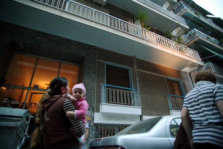 80χρονος έπεσε από τον 6ο όροφο σε μία κοπέλα! | Newsit.gr