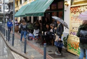 Θεσσαλονίκη: Ουρές στη βροχή για ένα τατουάζ από τον Γιώργο Μαυρίδη – Η παράκληση και το αντίτιμο [vid]