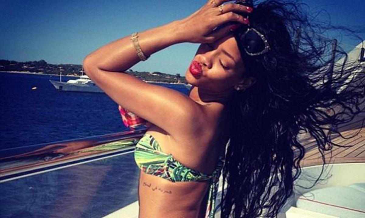 Rihanna: Αποκαλύπτει τις καμπύλες της ποζάροντας πάνω σε ένα πολυτελές σκάφος!   Newsit.gr