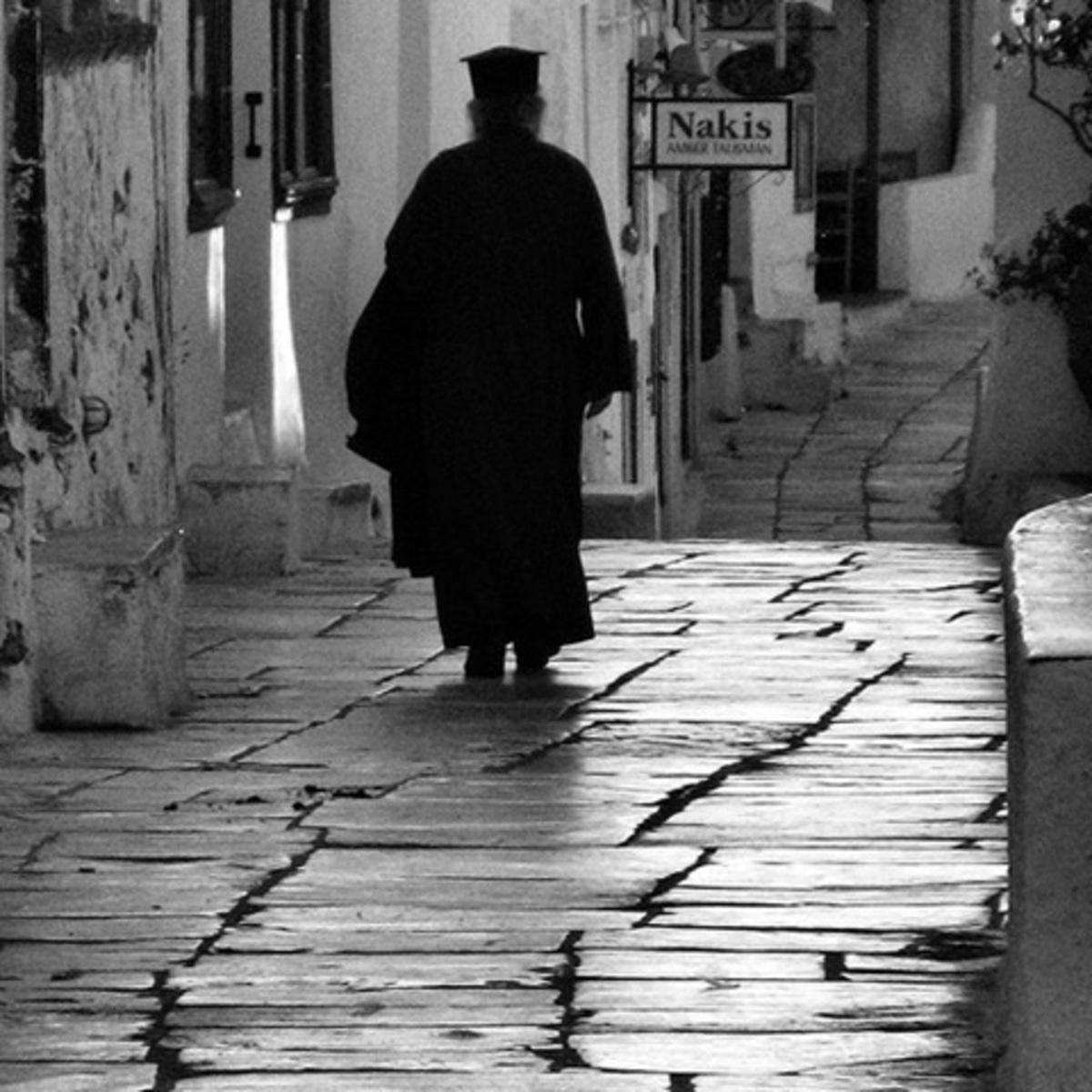 Αχαϊα: Καταγγελία για παπά, που έκοβε ξύλα για το τζάκι του! | Newsit.gr