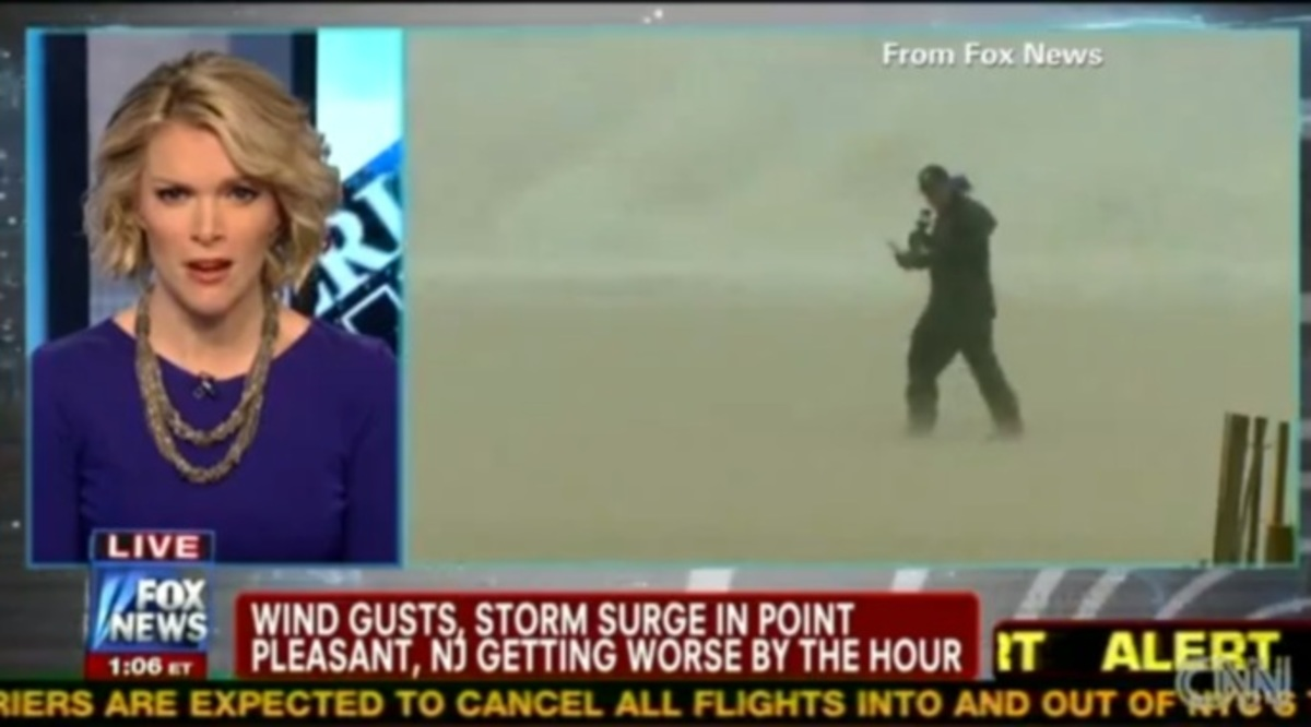 Ρεπόρτερ σε κίνδυνο – Τους πήρε και τους σήκωσε ο τυφώνας Sandy! | Newsit.gr