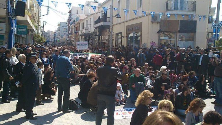 Καθιστική διαμαρτυρία στο Ρέθυμνο – Χωρίς έκτροπα η παρέλαση στην Ιεράπετρα | Newsit.gr