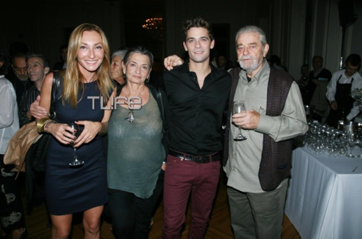 Α. Τότσικας: Φωτογραφίζεται με τους γονείς του και την σύντροφό του Ρ. Ρέβη! | Newsit.gr