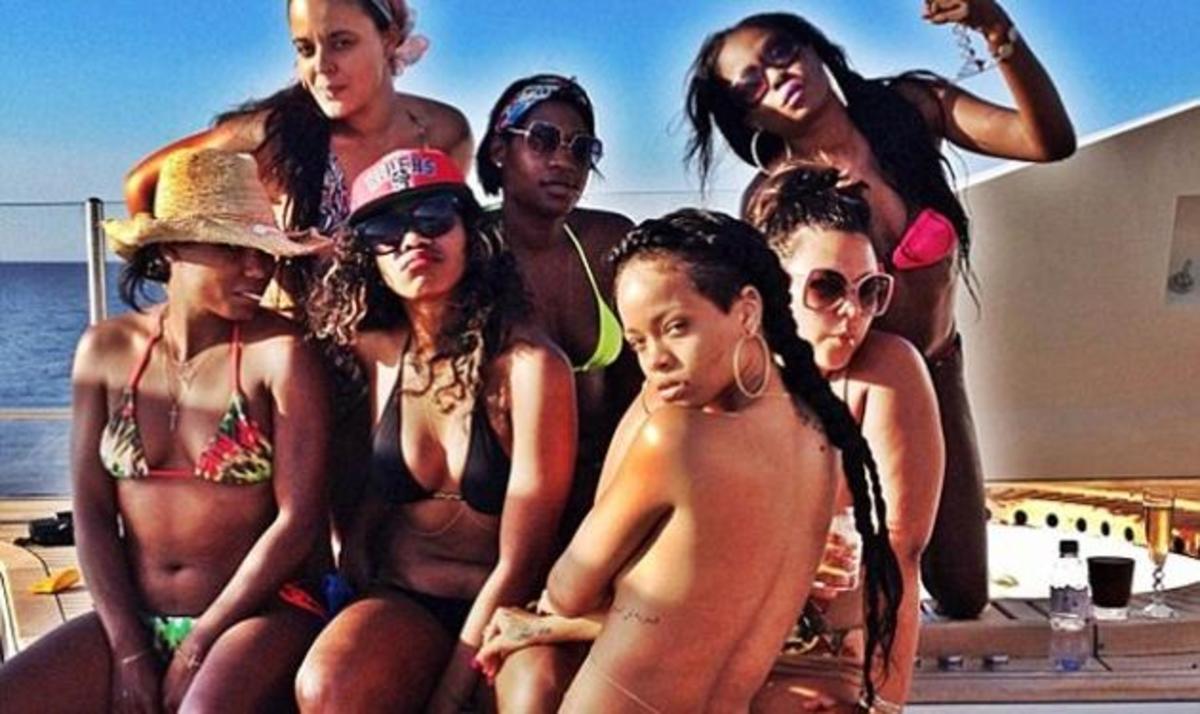 Rihanna: Η topless εμφάνισή της που ανάβει φωτιές! Φωτογραφίες | Newsit.gr