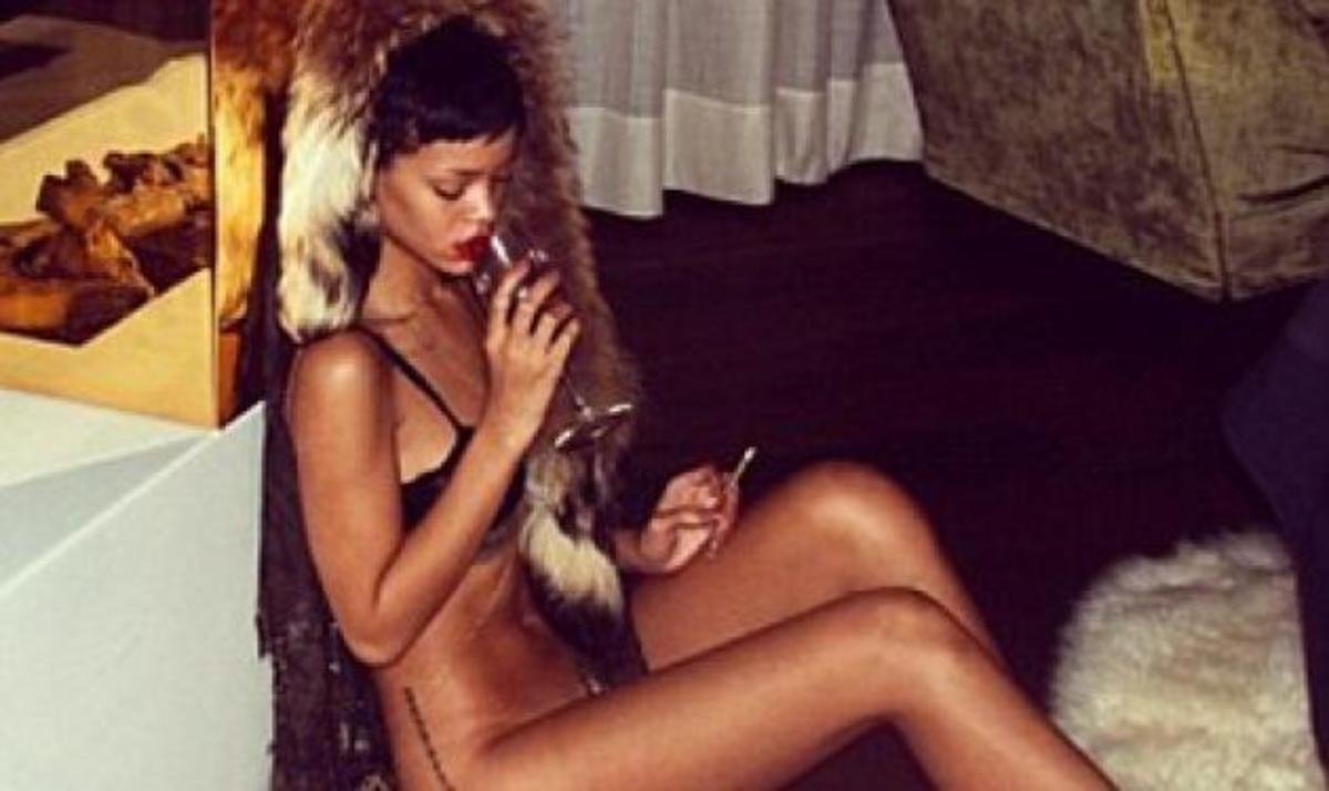 """Νέα """"καυτή"""" εμφάνιση της Rihanna: Ποζάρει ημίγυμνη με ένα ποτήρι κρασί στο χέρι!   Newsit.gr"""