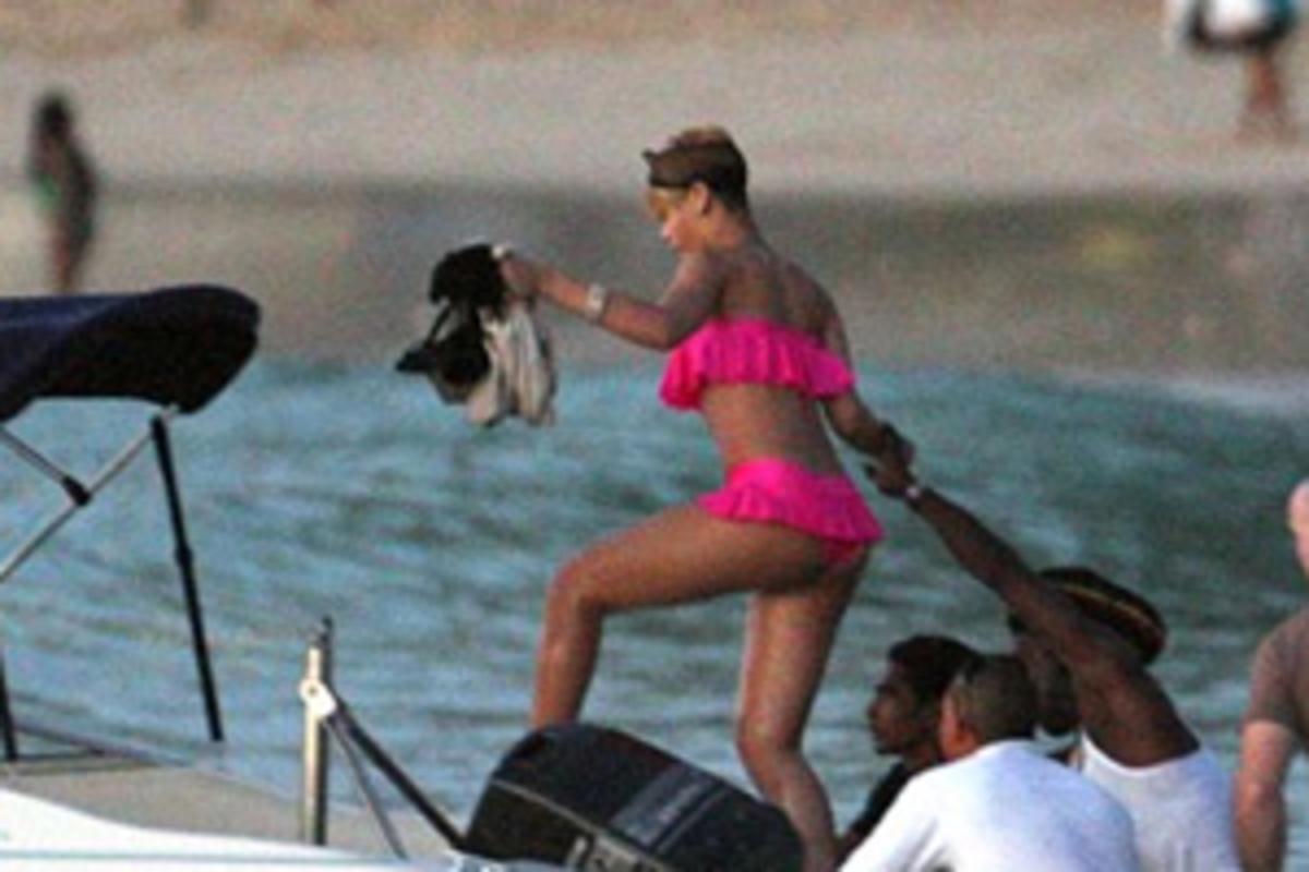 H Rihanna κάνει Χριστούγεννα στην…παραλία! | Newsit.gr