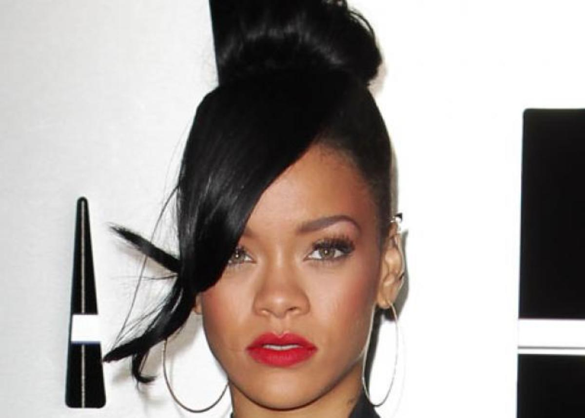 Το πρώτο επίσημο χτένισμα της Rihanna από όταν άλλαξε τα μαλλιά της! | Newsit.gr