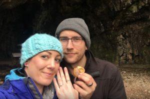 Έδωσε στη σύντροφό του δώρο ένα μενταγιόν. Της πήρε ένα χρόνο να δει ότι περιέχει δαχτυλίδι γάμου! [vid]