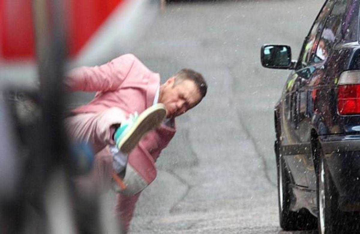 ΔΕΙΤΕ πως ένα αυτοκίνητο χτύπησε τον Robbie Williams   Newsit.gr