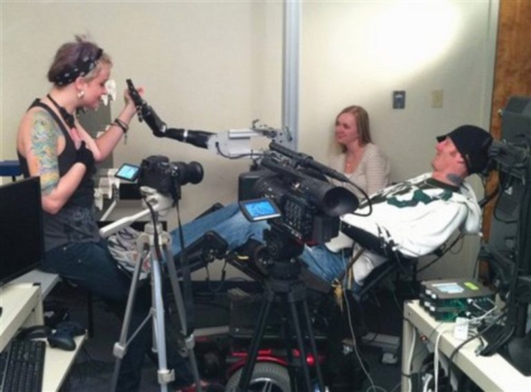 Παράλυτος «άγγιξε» το χέρι της κοπέλας του με τη βοήθεια της ρομποτικής – Δείτε βίντεο | Newsit.gr