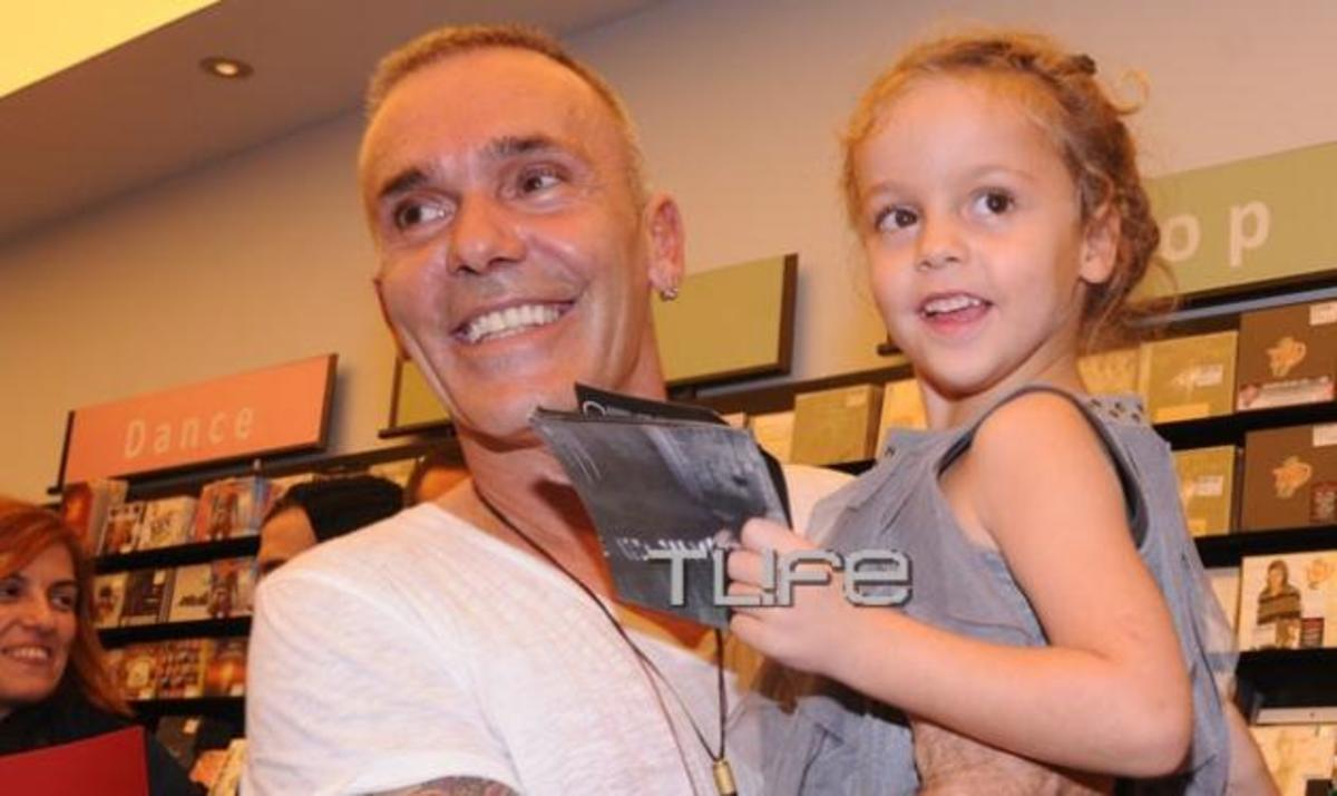 Σ. Ρόκκος: Με την μικρή του πριγκίπισσα στην απονομή του πολυπλατινένιου άλμπουμ του!   Newsit.gr