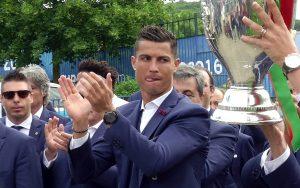 """""""Κολλημένος"""" με την κούπα του Euro 2016 ο Ρονάλντο! (ΦΩΤΟ)"""