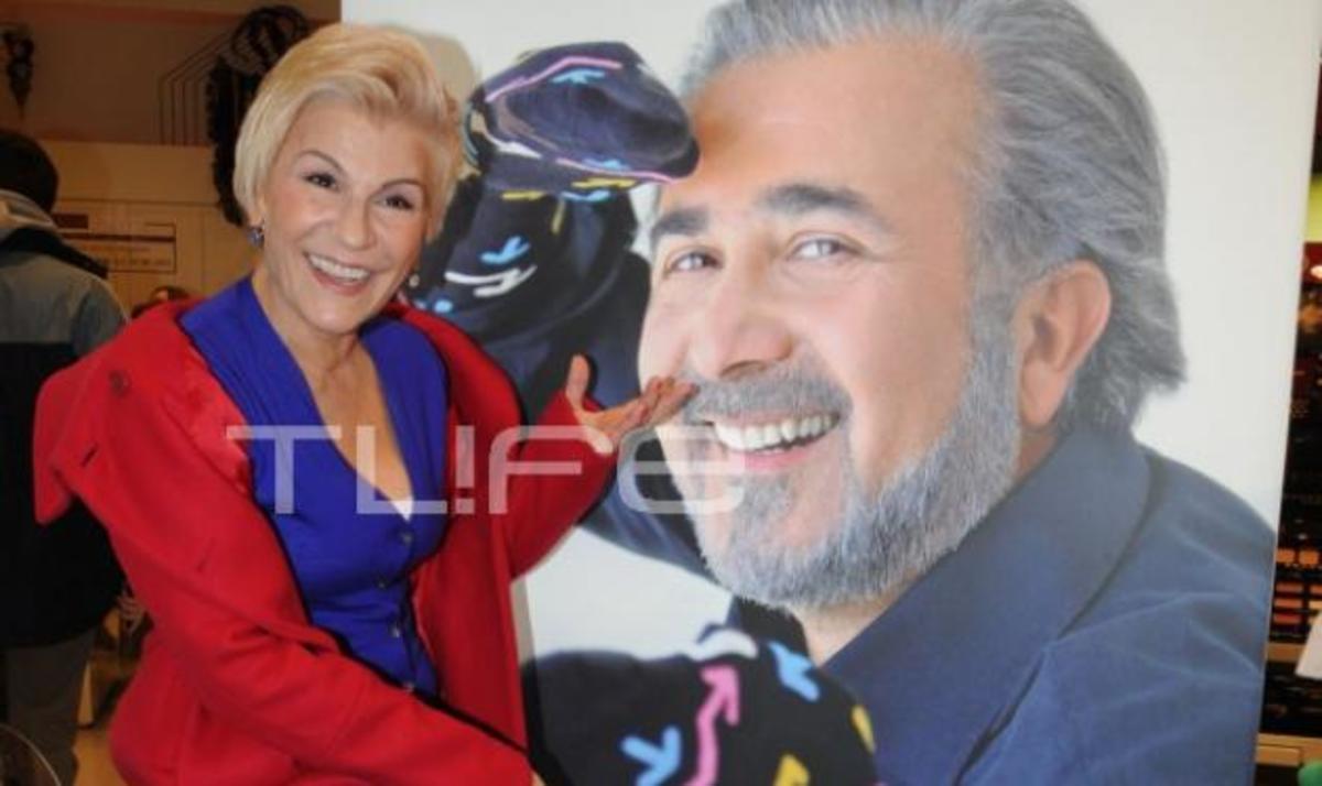 Τι κάνει η Χρύσα Ρώπα δίπλα στην αφίσα του Λαζόπουλου; Δες φωτογραφίες | Newsit.gr