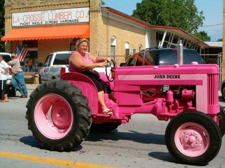Ψυγεία σε αυτοκίνητα – Ροζ τρακτέρ και βάρκες στο πορτ μπαγκάζ! Δείτε φωτο   Newsit.gr