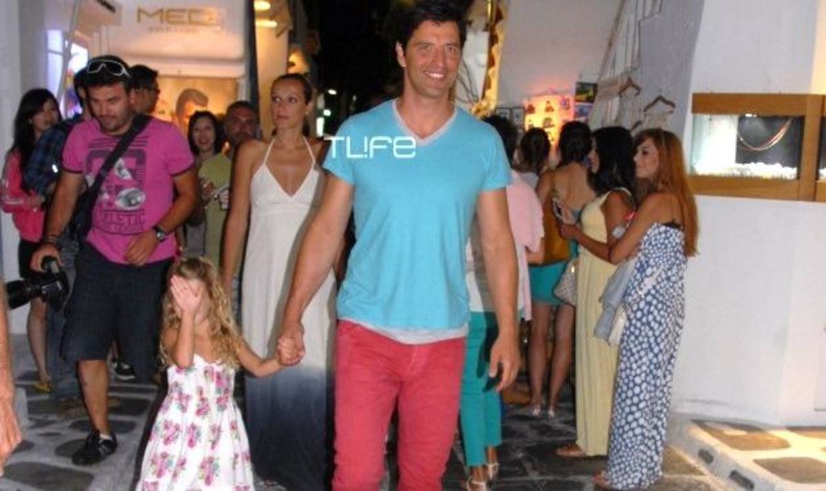 Σ. Ρουβάς: Βόλτες με την Κάτια και την Αναστασία στα σοκάκια της Μυκόνου! Φωτογραφίες | Newsit.gr