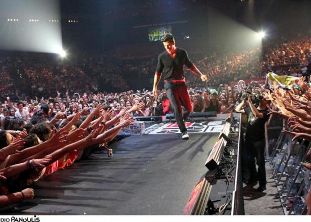 Σάκης Ρούβας: Τι φόρεσε στα μουσικά βραβεία MAD; | Newsit.gr