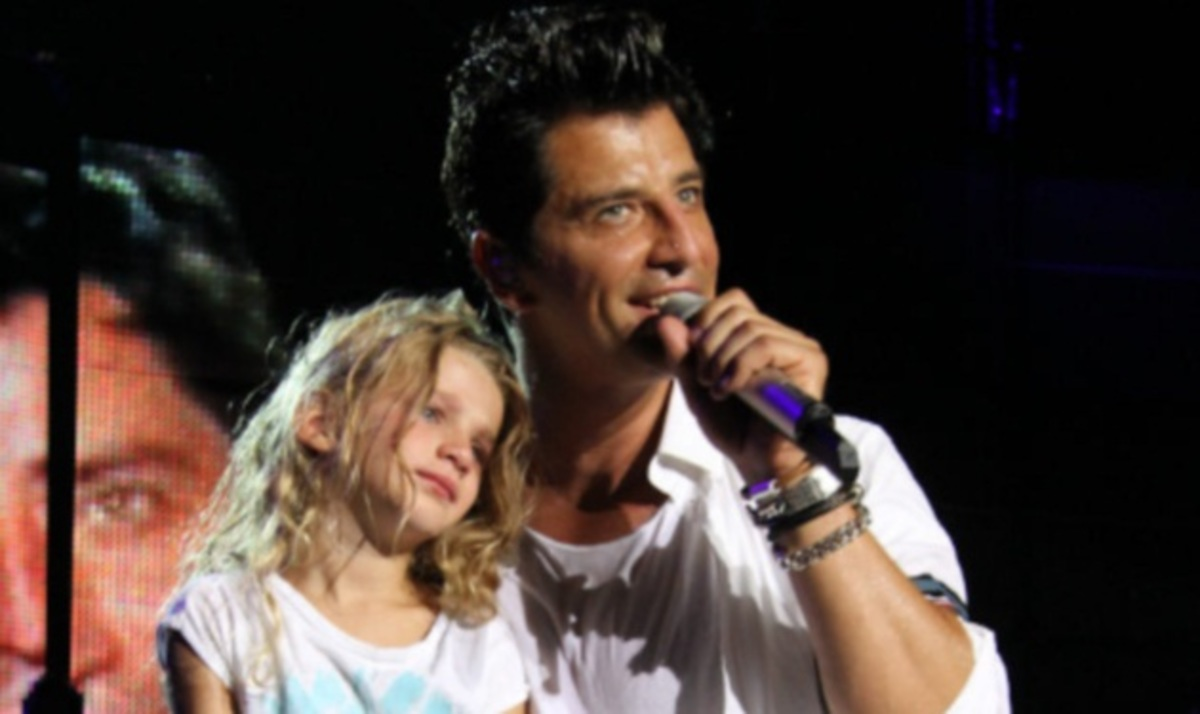 Ο Σάκης Ρουβάς με την κόρη του Αναστασία στη σκηνή! Φωτογραφίες και video | Newsit.gr