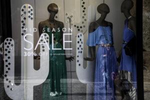Ενδιάμεσες εκπτώσεις: Προαιρετικά ανοιχτά καταστήματα την Κυριακή 7 Μαΐου