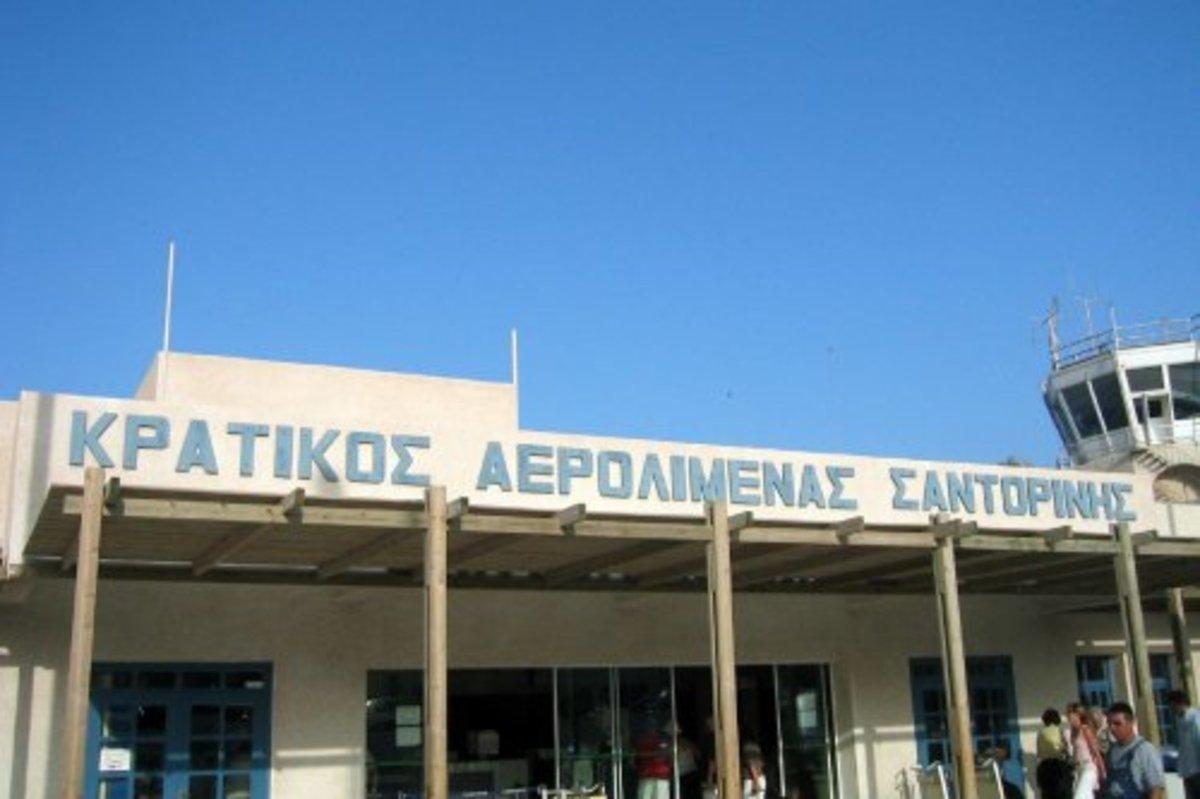 «Παρέα» παράνομων μεταναστών στο αεροδρόμιο της Σαντορίνης | Newsit.gr
