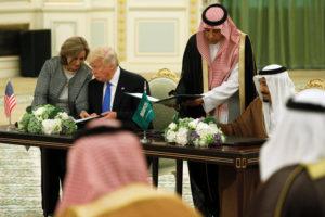 Ο Σαουδάραβας βασιλιάς Σαλμάν απένειμε στον Τραμπ την ανώτατη τιμητική διάκριση της χώρας [vid]