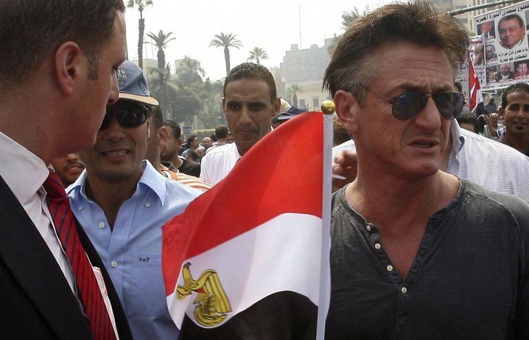 Ο Σον Πεν διαδήλωσε μαζί με χιλιάδες Αιγύπτιους στην Ταχρίρ | Newsit.gr
