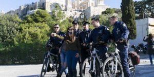 Η selfie αστυνομικών με νεαρές και φόντο την Ακρόπολη