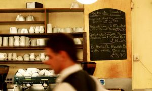 Απέλυσαν αγενή σερβιτόρο – Υποστήριξε ότι είναι απλώς Γάλλος!