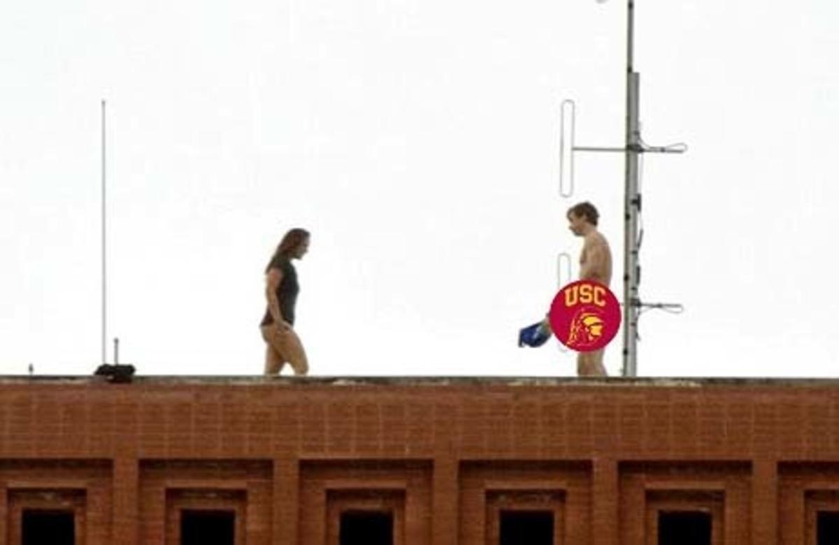 Εκαναν έρωτα πάνω στην ταράτσα μπροστά σε όλους τους συμφοιτητές τους! Δείτε φωτο | Newsit.gr