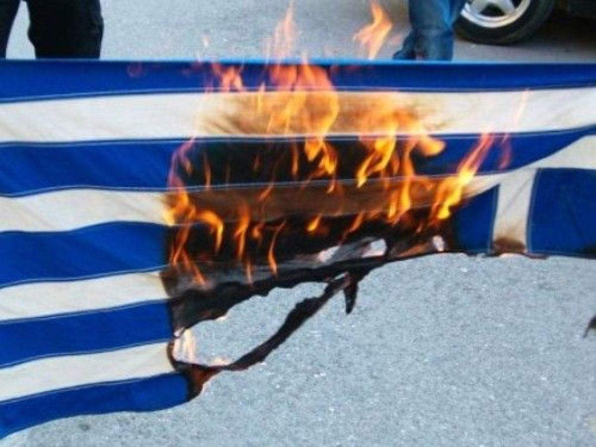 Φλώρινα: Έκαψαν την ελληνική σημαία και έσπασαν το σταυρό! | Newsit.gr